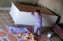 مثير.. طفل بعمر عامين ينقذ توأمه بأعجوبة (فيديو+صور)