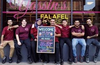 إندبندنت: سوري يوزع وجبات فلافل مجانية للموظفين الأمريكيين