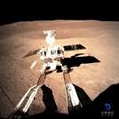 المسبار الصيني يبدأ التجول في جانب القمر المظلم
