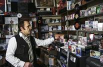"""منذ ربع قرن.. تركي يتمسك ببيع أشرطة """"الكاسيت"""" القديمة"""