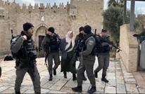 """الاحتلال يعتقل """"فلسطينية"""" بالأقصى بزعم عملية طعن (شاهد)"""