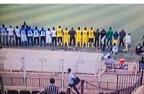 لاعبو فريقين بالدوري السوداني يؤدون الصلاة جماعة بين الشوطين