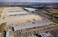 توقف أحد أهم مطارات بريطانيا لتعطل طائرة على المدرج (شاهد)