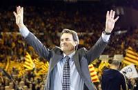 رئيس كتالونيا السابق بلا منزل.. ما علاقة استفتاء الانفصال؟