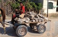 غزة: تدهور الأوضاع الاقتصادية يدفع الأطفال لبيع الحجارة
