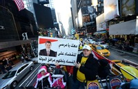 """مصريّون يتظاهرون أمام مبنى """"سي إن إن"""" في نيويورك"""