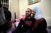 الأسير العيساوي ينال حريته بعد 9 أشهر من الإضراب