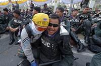 الشرطة التايلاندية تسمح للمتظاهرين باقتحام مقرها