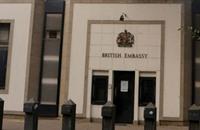 حريق بمدرعة شرطة بمحيط السفارة البريطانية بالقاهرة
