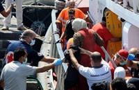 إنقاذ مهاجرين سوريين تركهم مهربون في عرض البحر