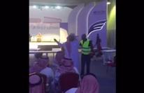 """طرد محتسبين بمعرض جدة للكتاب يشعل """"تويتر"""" بالسعودية (فيديو)"""