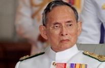 إجبار تايلاندية على السجود أمام صورة الملك الراحل (فيديو)