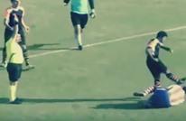 """مدافع فريق تركي يعتدي على زميله بـ""""وحشية"""" (فيديو)"""