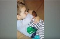 فيديو يستحق المشاهدة لطفل يحتضن أخاه الجديد (شاهد)