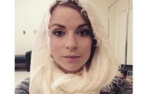 اعتداء على ممثلة مسرحية بأمريكا لتغطيتها شعرها من المطر