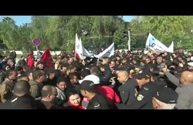 الشرطة التونسية تمنع وصول متظاهرين لمبنى البرلمان