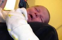 تحذير للأمهات.. نام الرضيع إلى جانب أمه فمات اختناقا