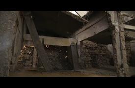 فنانة هولندية تحول منزلا مدمّرا بغزة إلى لوحة فنية