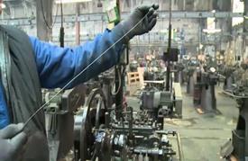 آخر مصنع للمسامير في فرنسا يقاوم الزمن
