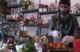 طاه سوري يقدم مذاقات دمشق للقاطنين في مخيم لاجئين في اليونان