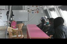 """أطفال مخيم """"زيزون"""" بدرعا يواصلون تعليمهم رغم الظروف القاسية"""