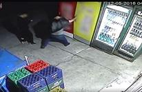 لص حاول سرقة ثلاجة فلم يتوقع ما حصل له (شاهد)