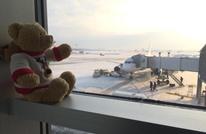 دمية تحصل على معاملة مميزة بعد أن نسيتها طفلة بالمطار (صور)
