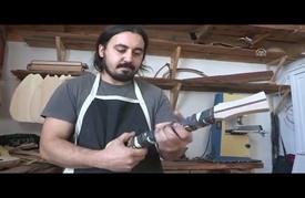 موسيقي تركي يصنع آلاته من درع السلحفاة