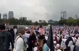عشرات الآلاف يحتجون على قرار ترامب في إندونيسيا (فيديو)