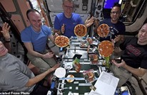 حفلة بيتزا بالفضاء.. رواد يعدون الطبق الإيطالي مباشرة (شاهد)
