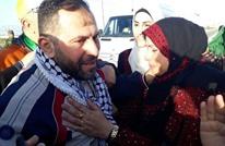 فلسطيني يقدم لزوجته هدية محتجزة عند الاحتلال منذ 18 عاما