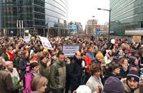 """""""أهلا بالمسلمين"""".. الآلاف ببروكسل يتظاهرون ضد العنصرية"""