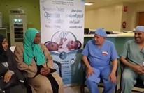والدة توأم سيامي تدخل الإسلام بعد نجاح فصلهما (شاهد)