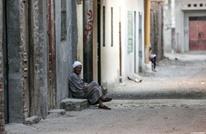شبان مصريون يصفعون عامل نظافة مسنّا على وجهه (شاهد)