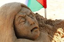 """""""الرملاوي"""" فنانة من غزة تنحت من الرمل هموم شعبها (شاهد)"""