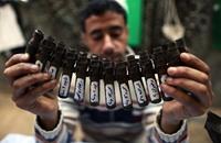 محمد.. لاجئ يحول قذائف إسرائيل لتحف فنية (صور)