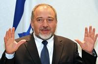 ليبرمان يتعهد بجعل غزة مثل سنغافورة بشروط.. وغزيّون يردون