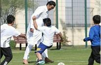 أمير قطر يلعب كرة القدم مع الأطفال وهو حافي القدمين (فيديو)