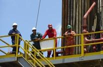 النفط يهبط بسبب المخزونات الأمريكية.. والدولار يواصل النزيف