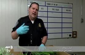الشرطة الأمريكية تعاين بدقة الأزهار المستوردة لمناسبة عيد الحب