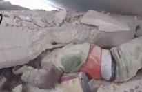 مشهد مؤثر لطفل سوري يبكي تحت الأنقاض (فيديو)