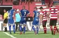 لأول مرة في تاريخ الكرة.. ثعبان يوقف مباراة بالبرازيل (فيديو)