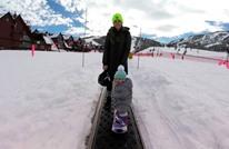 طفلة عمرها 14 شهرا تتزلج على الثلج