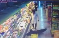 وافد آسيوي يعتدي على سيدة سعودية بالضرب (فيديو)