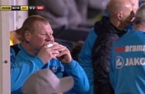 حارس مرمى إنجليزي يأكل في مباراة ضد آرسنال (شاهد)