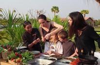 أنجلينا جولي تأكل وجبة من العقارب والحشرات (شاهد)