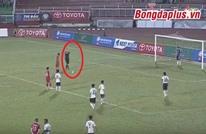 """فريق فيتنامي يحتج على قرار الحكم بطريقة """"غريبة جدا"""" (فيديو)"""