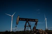 """النفط يستفيد من توقعات """"أوبك"""" بالتزام المنتجين ويقفز 1%"""