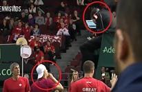 لاعب تنس يوجه ضربة قوية للحكم كادت تفقده البصر (شاهد)