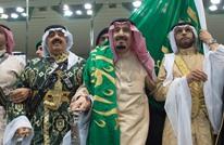 """الملك سلمان يؤدي العرضة السعودية في """"الجنادرية"""" (فيديو)"""